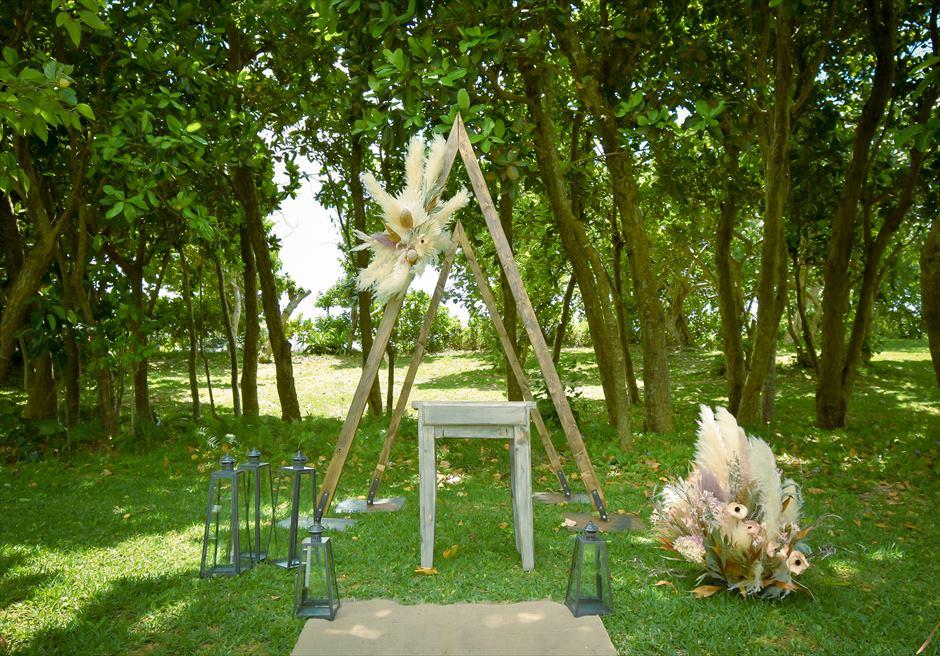 石垣リゾートホテル結婚式 ピースフル・ガーデン・ウェディング 美しい木々より木漏れ日が降り注ぐ挙式会場