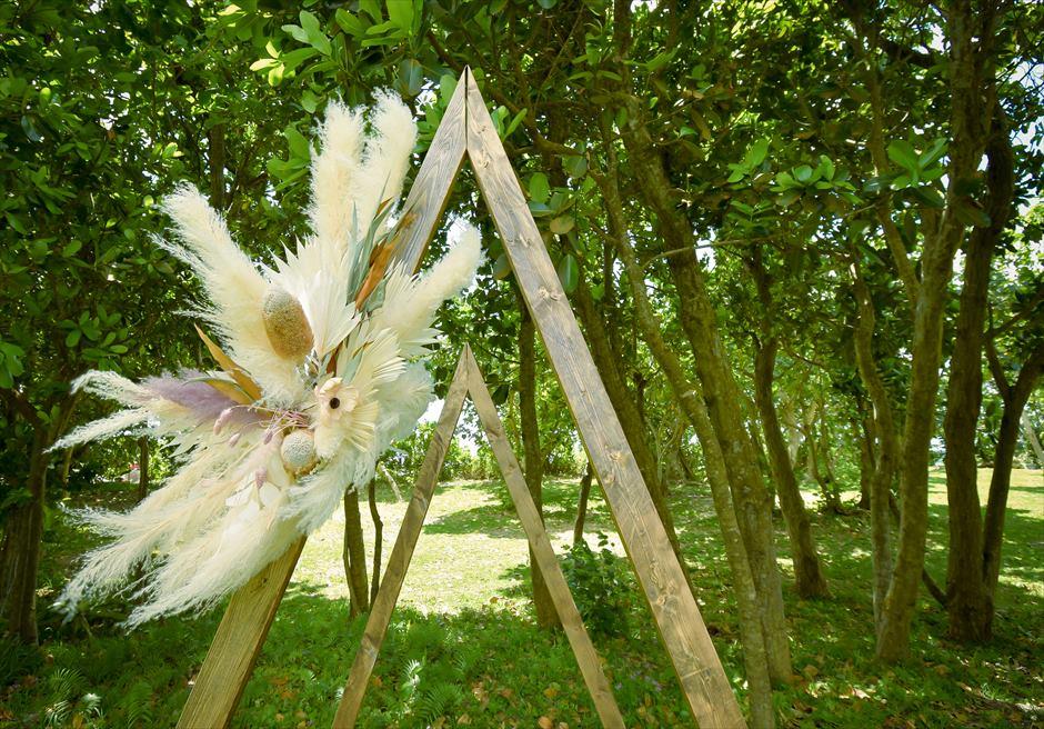 石垣リゾートホテル結婚式 ピースフル・ガーデン・ウェディング トライアングル・アーチ生花装飾