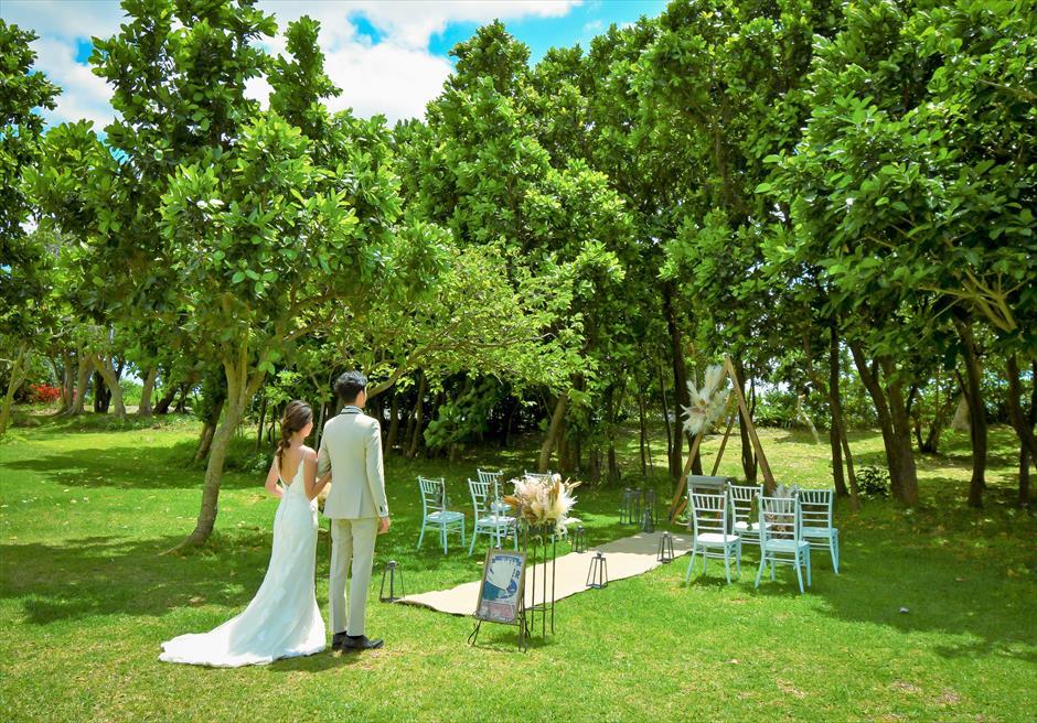 石垣リゾートホテル 沖縄結婚式 ピースフル・ガーデン・ウェディング 広大なガーデンからの挙式会場入場シーン