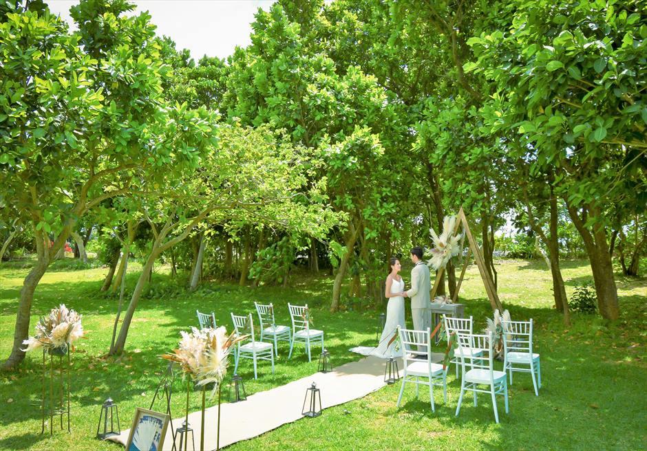 石垣リゾートホテル 沖縄結婚式 ピースフル・ガーデン・ウェディング 美しい森林に囲まれた挙式シーン