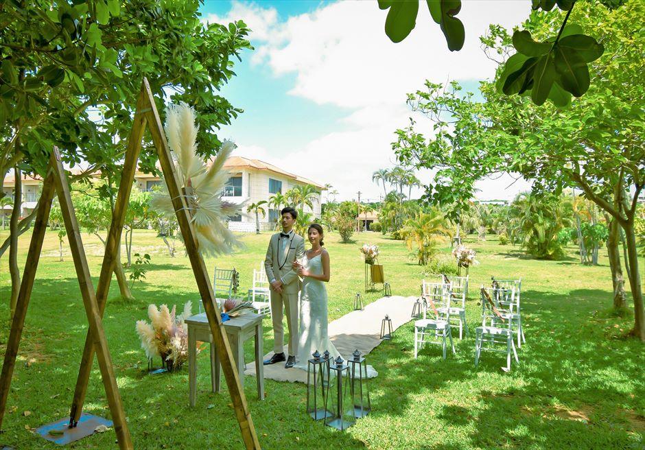 石垣リゾートホテル 沖縄結婚式 ピースフル・ガーデン・ウェディング ホテル棟をバックにした挙式シーン