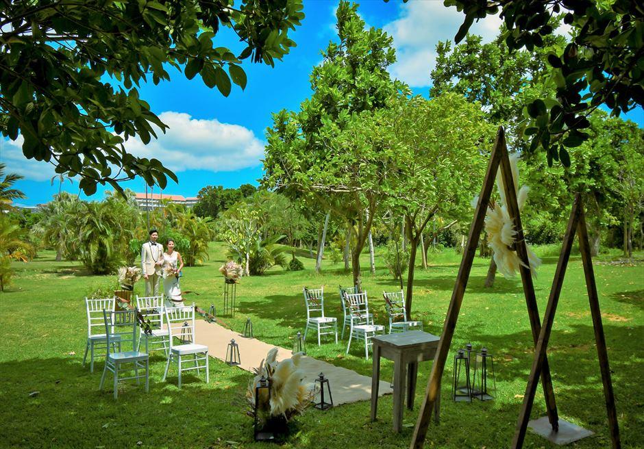 石垣リゾートホテル 沖縄結婚式 ピースフル・ガーデン・ウェディング リゾート・ガーデンをバックに挙式会場入場
