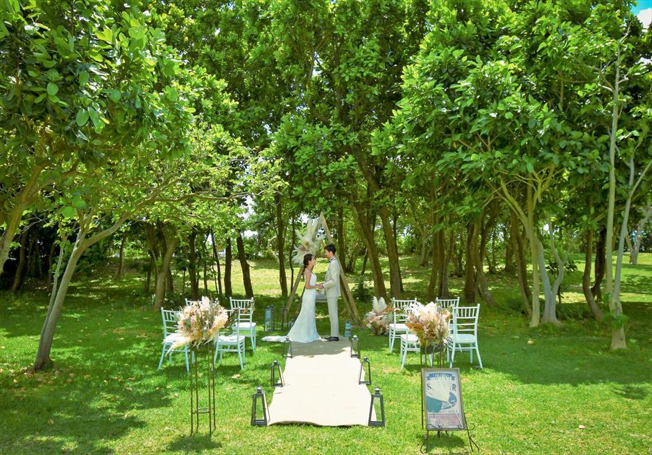 石垣リゾートホテル 沖縄結婚式 ピースフル・ガーデン・ウェディング 海より心地よい風が吹き抜ける挙式シーン