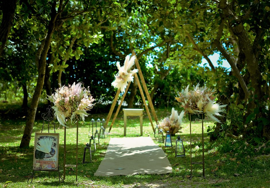 石垣リゾートホテル・沖縄結婚式 フェアリー・ガーデン・ウェディング 陽光が降り注ぎ挙式会場