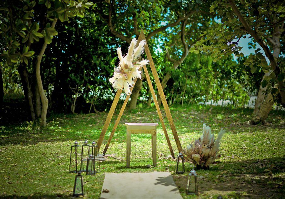 石垣リゾートホテル・沖縄結婚式 フェアリー・ガーデン・ウェディング 陽光に照らされるトライアングル・アーチ
