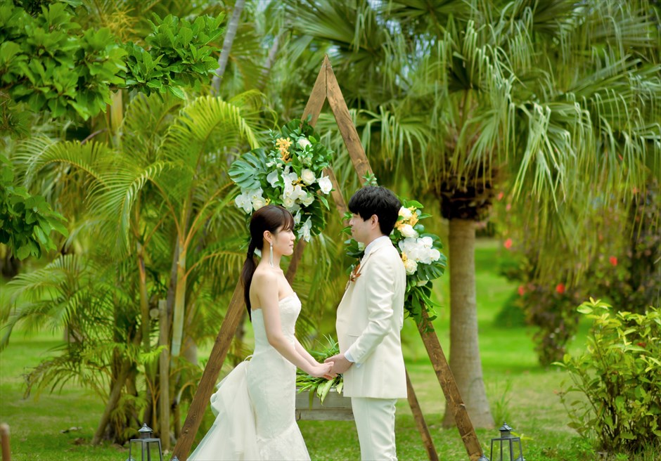 石垣リゾートホテル・沖縄結婚式 トロピカル・ガーデン・ウェディング アーチ越しに美しいガーデンが映え渡る