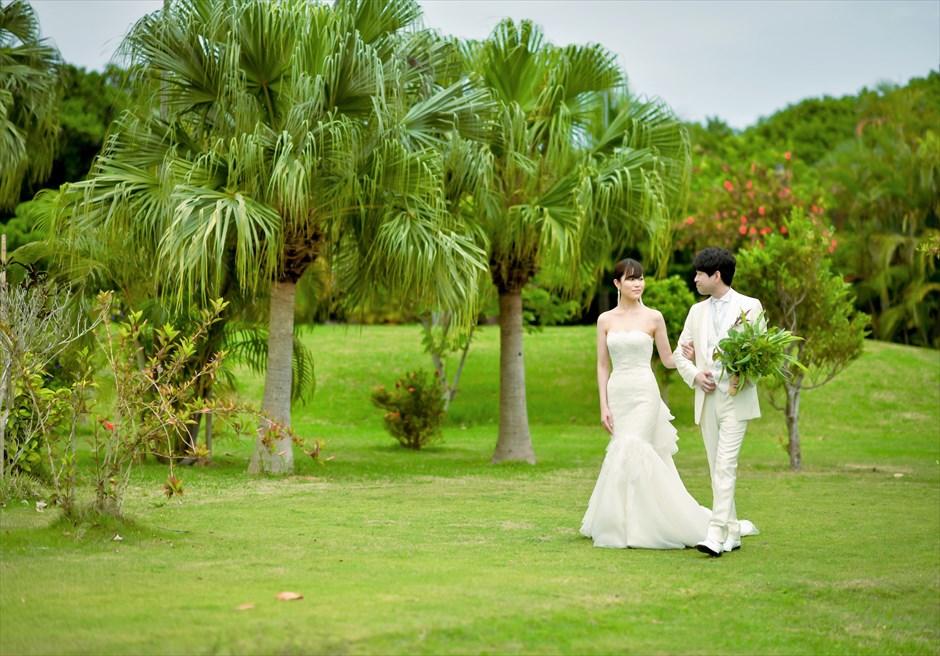 石垣リゾートホテル・沖縄結婚式 トロピカル・ガーデン・ウェディング 美しい木々が生い茂るガーデン挙式会場入場