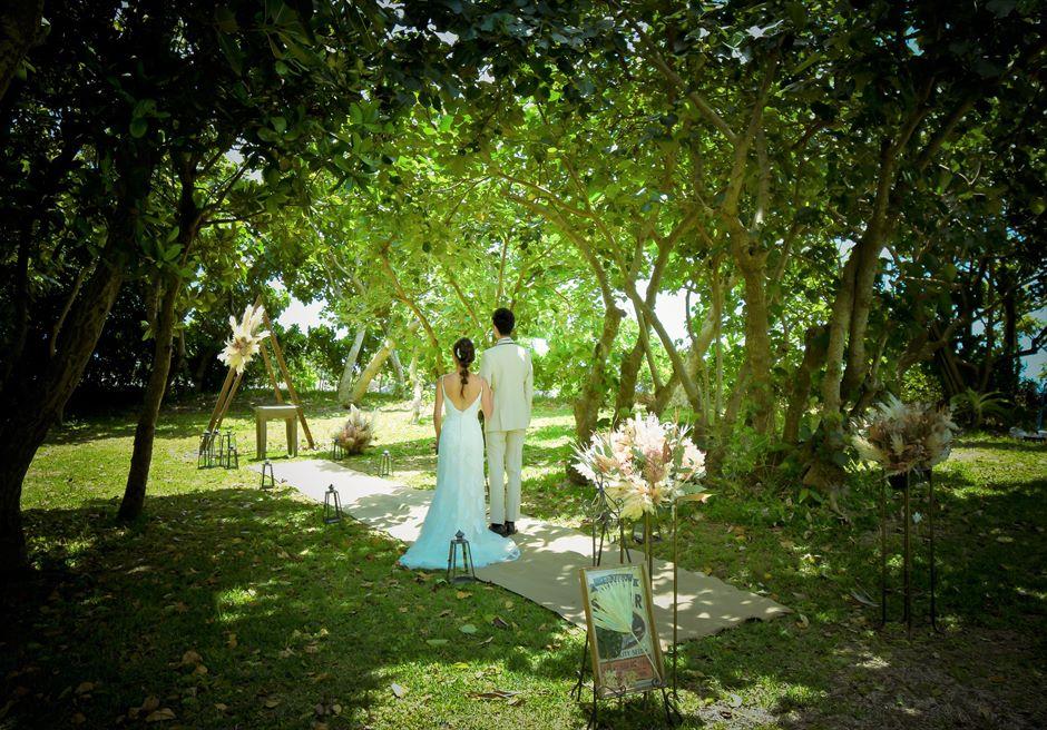 石垣リゾートホテル沖縄・ガーデン挙式 フォレスト・ガーデン・ウェディング 木漏れ日に祝福される挙式会場入場シーン