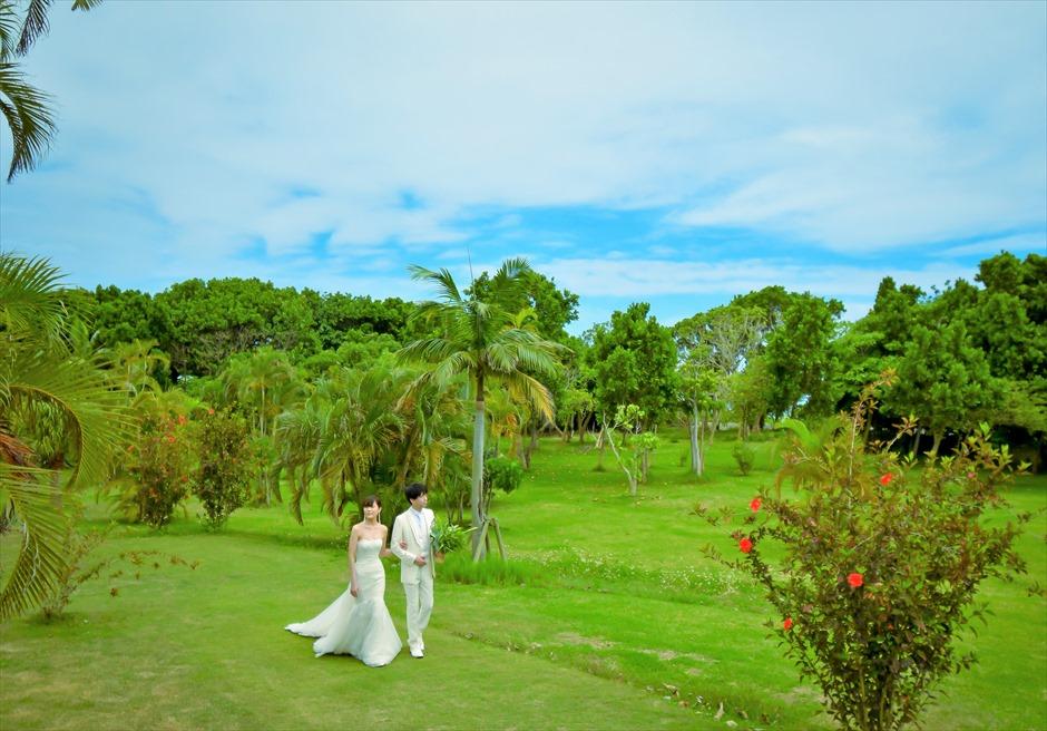 石垣リゾートホテル・沖縄結婚式 トロピカル・ガーデン・ウェディング ガーデンより挙式会場入場