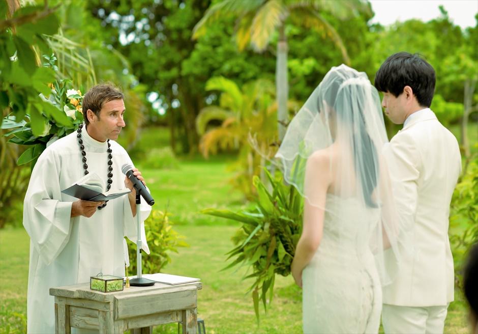 石垣リゾートホテル・沖縄結婚式 トロピカル・ガーデン・ウェディング 牧師先生挙式シーン