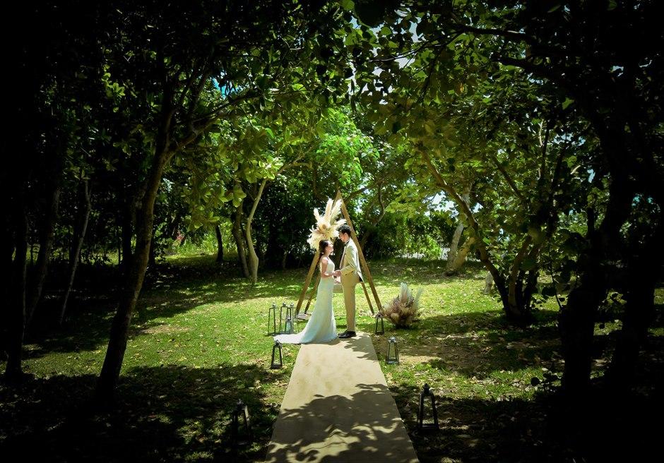 石垣リゾートホテル沖縄・ガーデン挙式 フォレスト・ガーデン・ウェディング 陽光が降り注ぐ神々しい挙式シーン