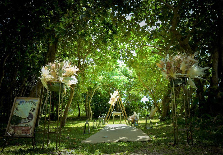 石垣リゾートホテル・沖縄結婚式 フェアリー・ガーデン・ウェディング 森林より木漏れ日に照らされる挙式会場