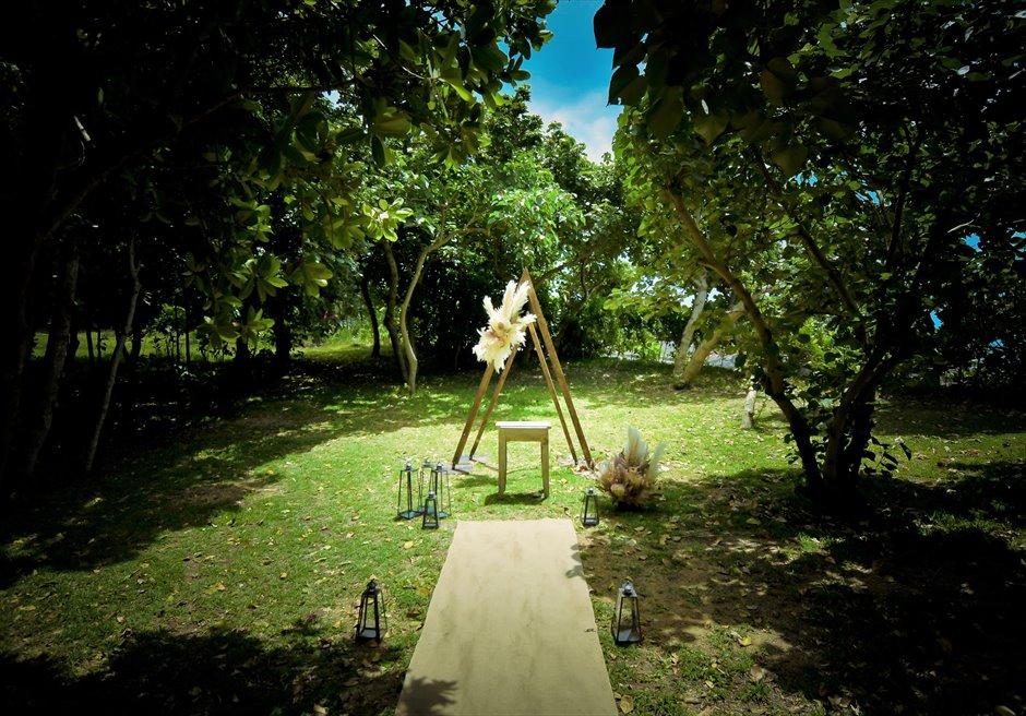 石垣リゾートホテル・沖縄結婚式 フェアリー・ガーデン・ウェディング 木々より妖精が舞い降りるような挙式会場