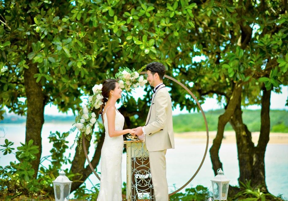 石垣リゾートホテル・沖縄結婚式 オーシャンフロント・デッキ・ウェディング アーチ越しに美しい海が広がる挙式シーン