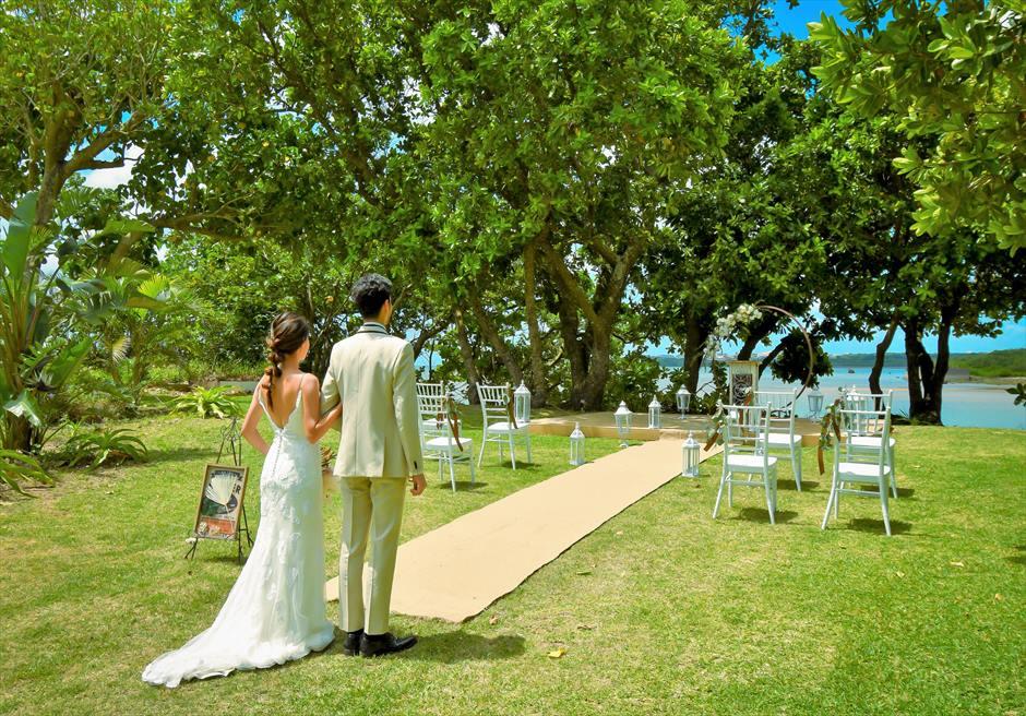 石垣リゾートホテル・沖縄結婚式 オーシャンフロント・デッキ・ウェディング 広大なガーデンより挙式会場入場シーン
