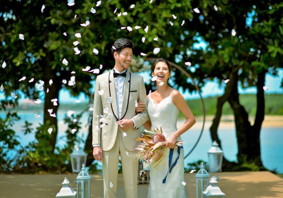 石垣リゾートホテル・沖縄結婚式 オーシャンフロント・デッキ・ウェディング 生花のフラワーシャワー