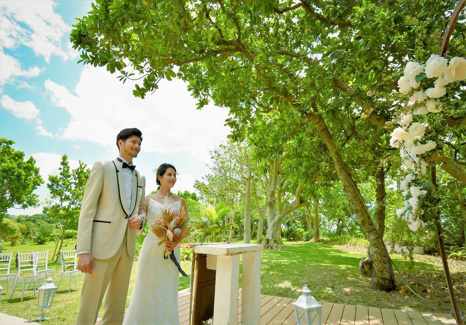 石垣リゾートホテル・沖縄結婚式 オーシャンフロント・デッキ・ウェディング 陽光が降り注ぐ挙式シーン