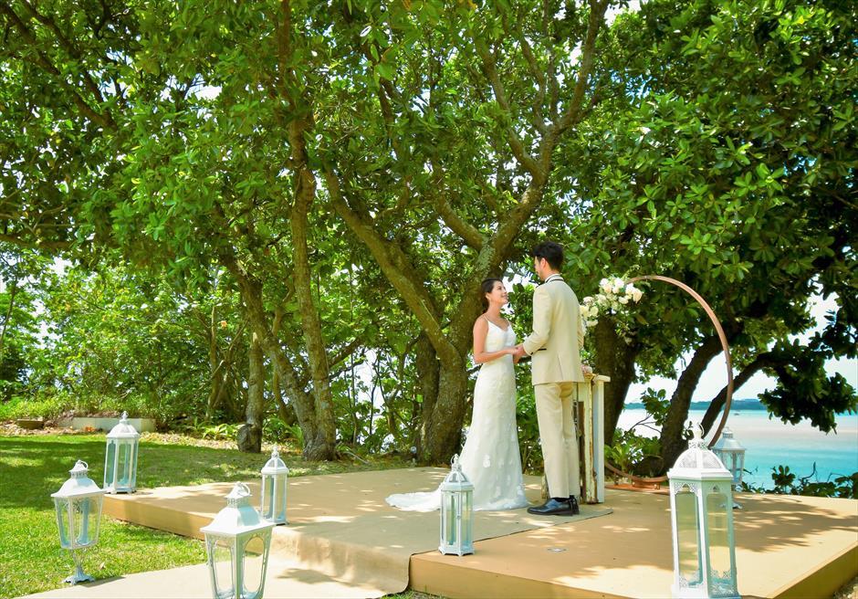 石垣リゾートホテル・沖縄結婚式 オーシャンフロント・デッキ・ウェディング 木漏れ日が降り注ぐ美しい挙式シーン