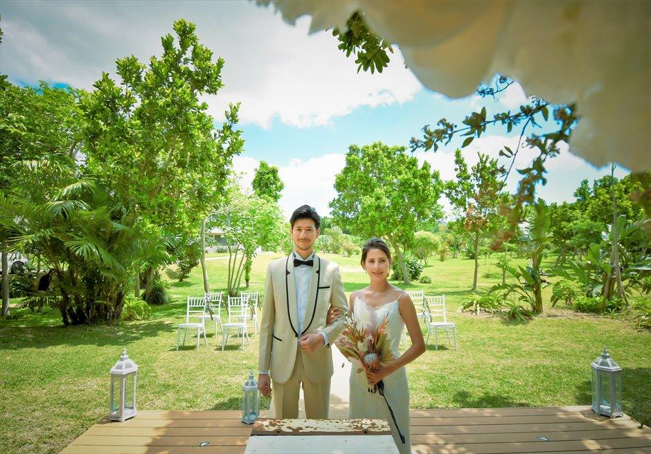 石垣リゾートホテル・沖縄結婚式 オーシャンフロント・デッキ・ウェディング 広大で美しいガーデンを背後に挙式シーン