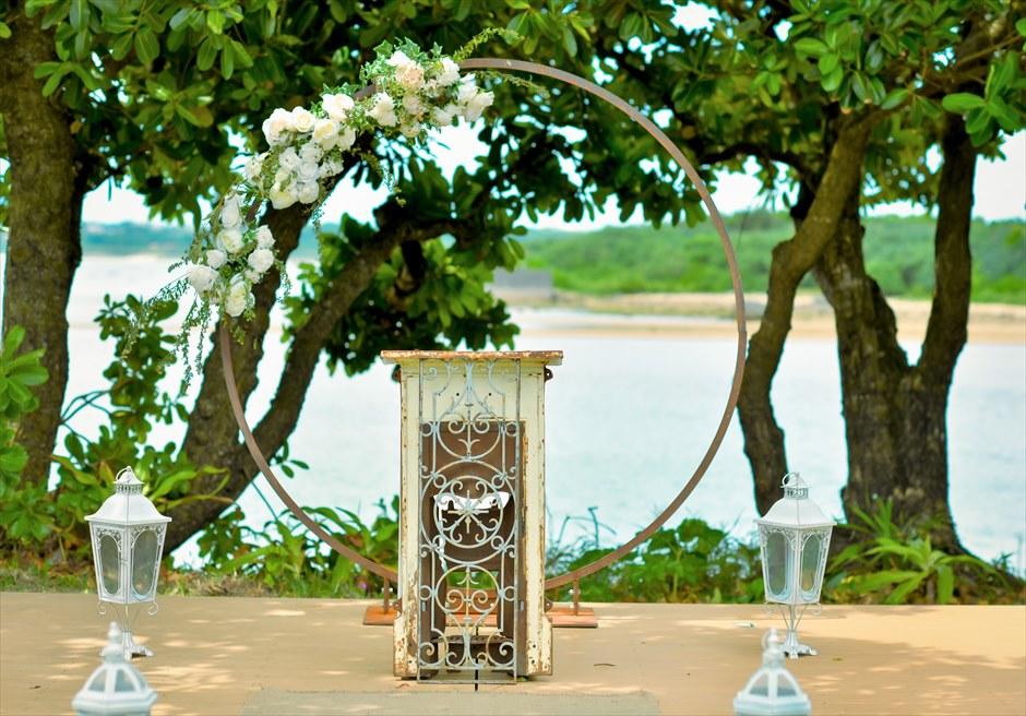 石垣リゾートホテル・沖縄結婚式 オーシャンフロント・デッキ・ウェディング サークルアーチ&エイジング祭壇