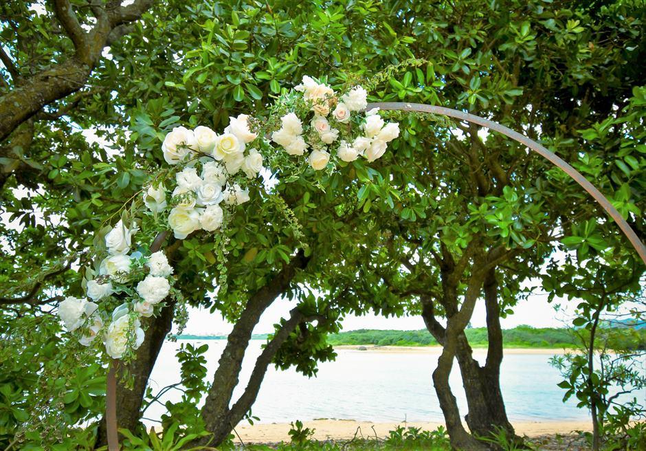 石垣リゾートホテル・沖縄結婚式 オーシャンフロント・デッキ・ウェディング サークルアーチ生花装飾