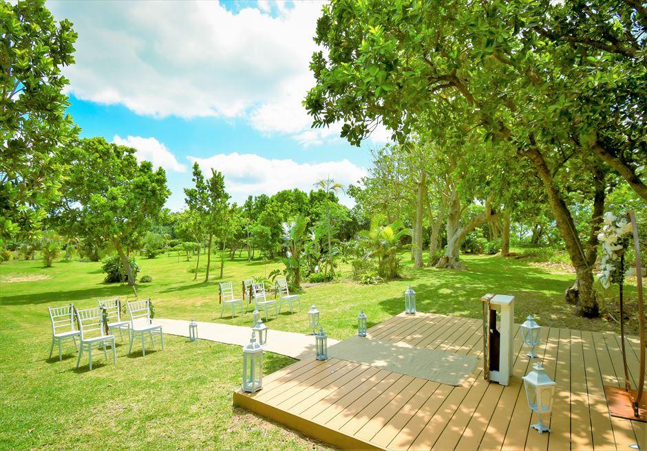石垣リゾートホテル・沖縄結婚式 オーシャンフロント・デッキ・ウェディング 木漏れ日が降り注ぐ挙式会場