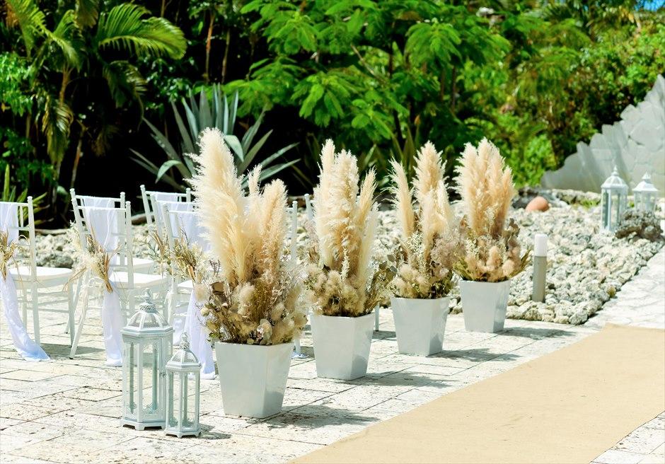 コーラル・テラス石垣島 コーラル・チャペル ラスティック・ウェディング アイルサイド パンパスグラス&プリザーブドフラワーの装飾
