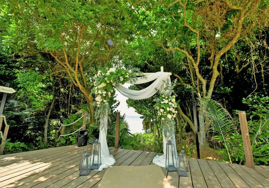 沖縄・石垣島コーラル・テラス結婚式 ラグジュアリー・デッキ・ウェディング ウェディングアーチ生花装飾