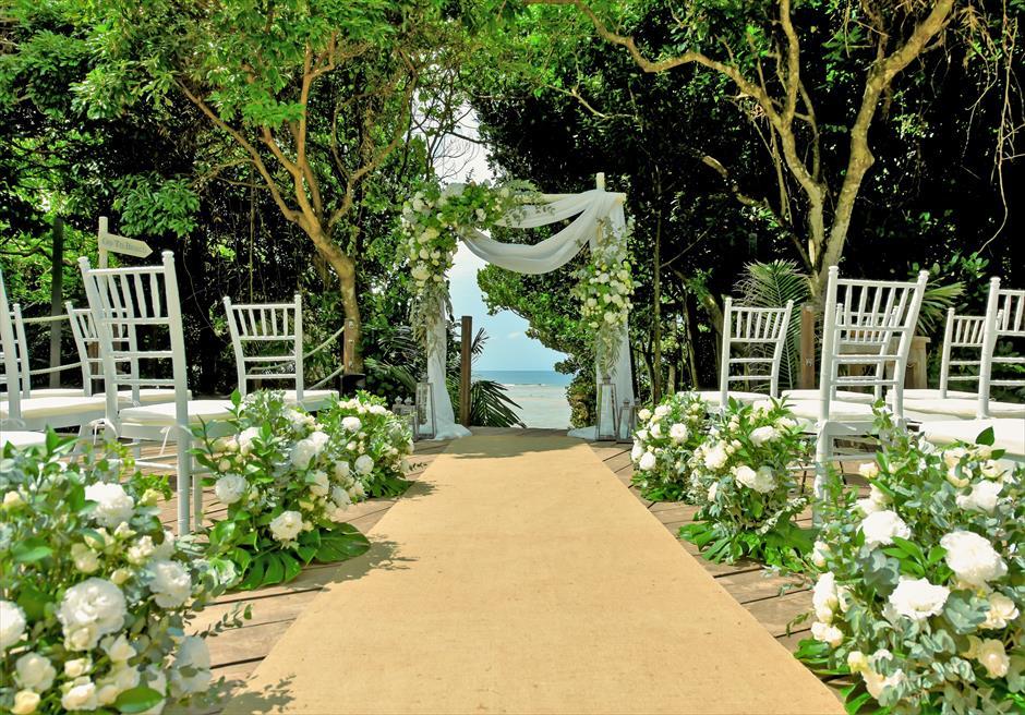 沖縄・石垣島コーラル・テラス結婚式 ラグジュアリー・デッキ・ウェディング アイルサイド生花装飾