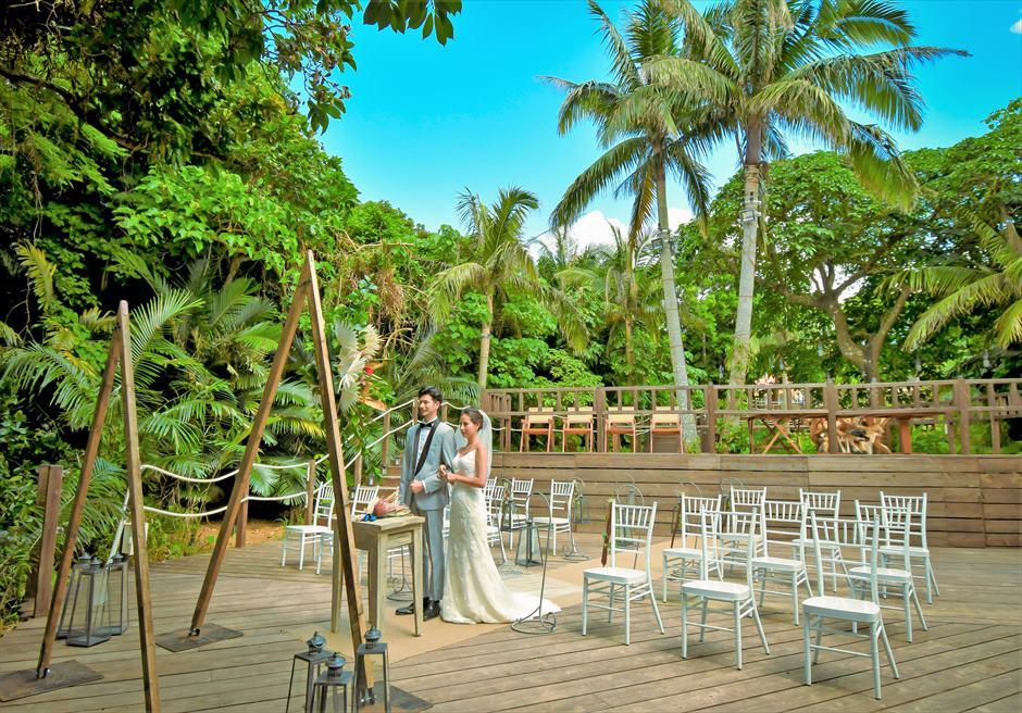 コーラル・テラス石垣島・沖縄│オーシャンフロント・デッキ・ウェディング│背後に美しいジャングルを望む挙式シーン