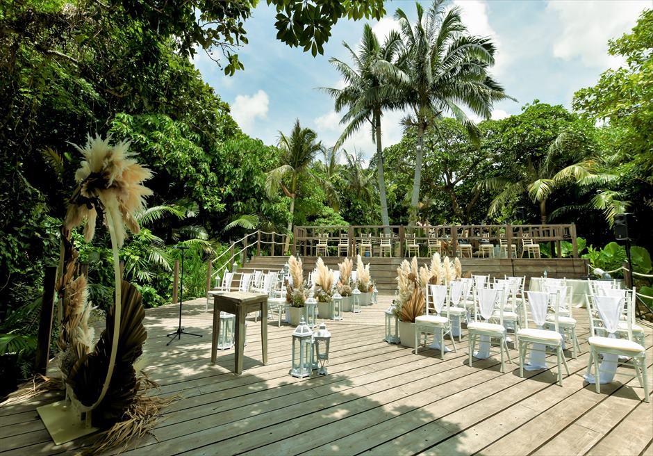コーラル・テラス石垣島 デッキ ラスティック・ウェディング  ジャングルに囲まれた挙式会場