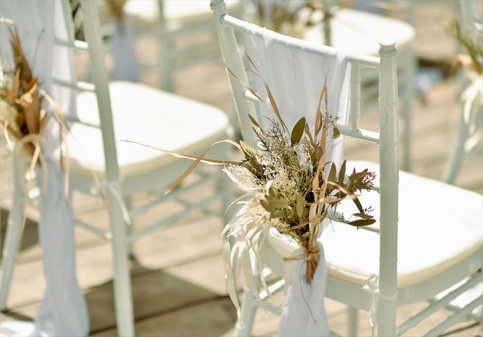 コーラル・テラス石垣島 デッキ ホワイト・ティファニーチェア ホワイトサッシュ&プリザーブドフラワー装飾