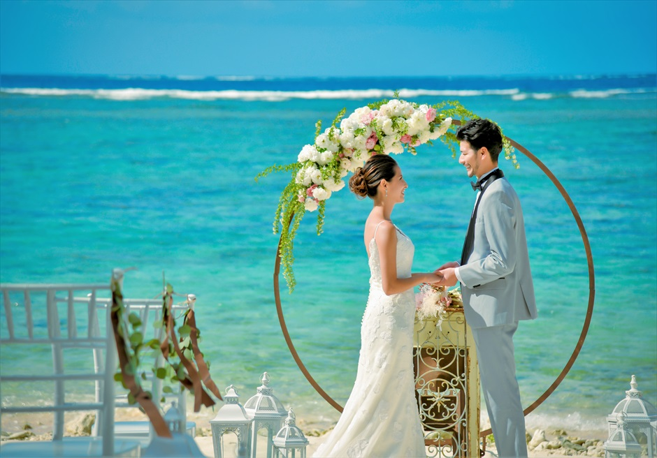 コーラル・テラス石垣島・沖縄結婚式│シークレット・ビーチ・ウェディング│絵画のような景色がアーチ越しに広がる