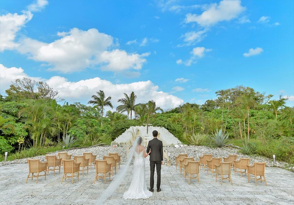 コーラル・テラス石垣島・沖縄結婚式│コーラル・チャペル・ウェディング│美しいジャングルが広がる挙式入場シーン