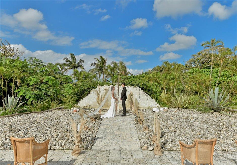 コーラル・テラス石垣島・沖縄結婚式│コーラル・チャペル・ウェディング│珊瑚に囲まれた祭壇の挙式シーン