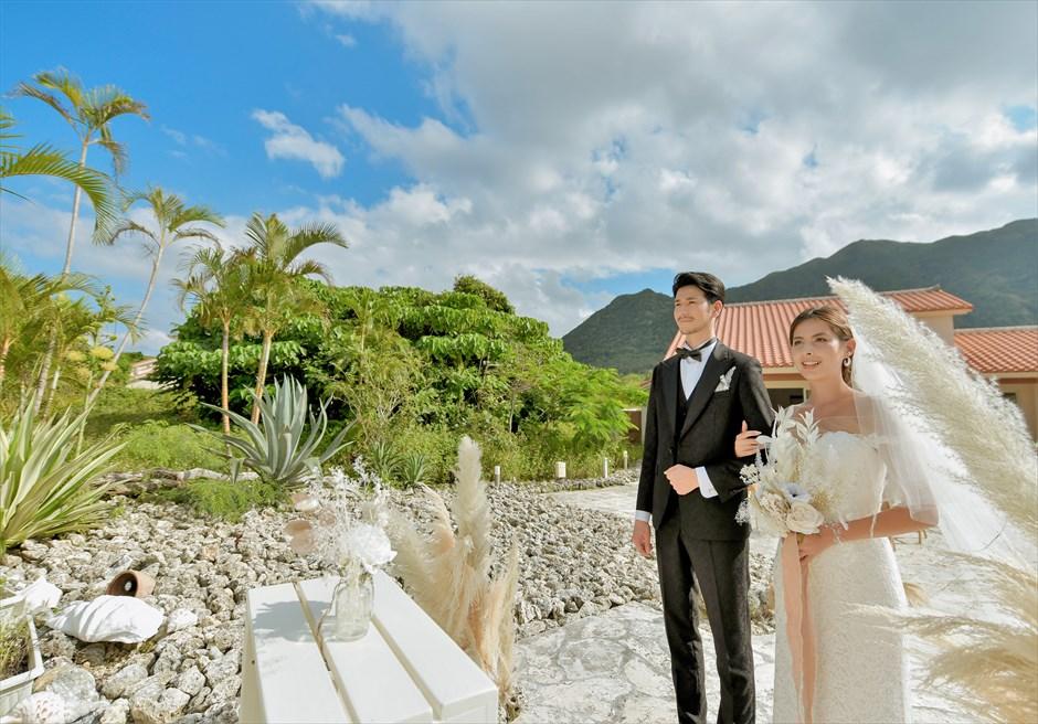 コーラル・テラス石垣島・沖縄結婚式│コーラル・チャペル・ウェディング│背後には八重山椰子が密生する山々が広がる
