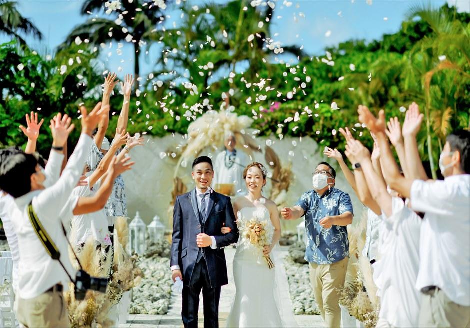 コーラル・テラス石垣島・沖縄 チャペル・ウェディング ラスティック装飾 挙式シーン 生花のフラワーシャワー