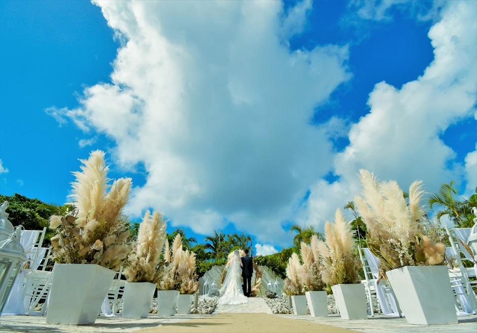 コーラル・テラス石垣島・沖縄 チャペル・ウェディング ラスティック装飾 アイルサイドのパンパスグラスが映える挙式