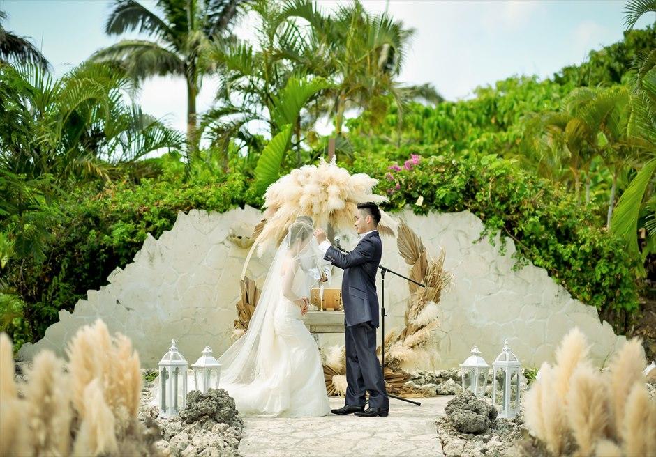コーラル・テラス石垣島・沖縄 チャペル・ウェディング ラスティック装飾 挙式シーン ベールアップ