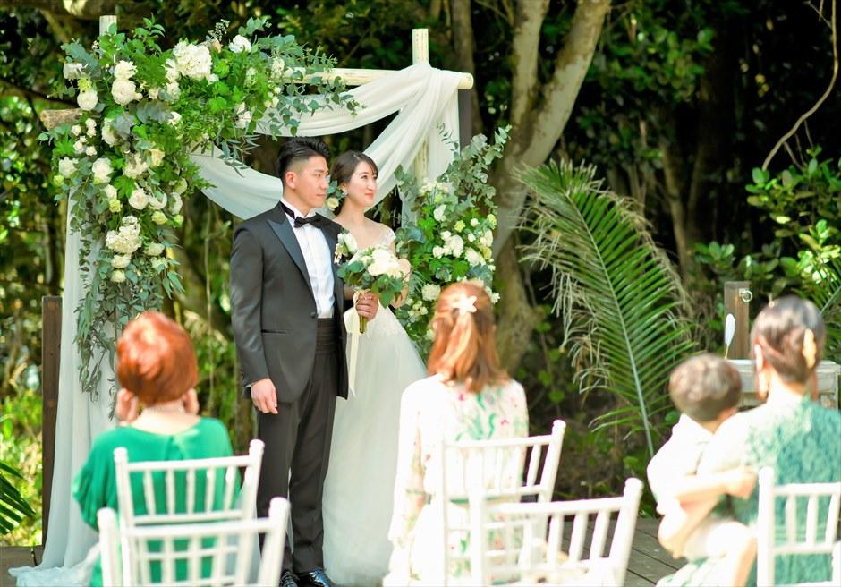 沖縄・石垣島コーラル・テラス結婚式 ラグジュアリー・デッキ・ウェディング 挙式シーン