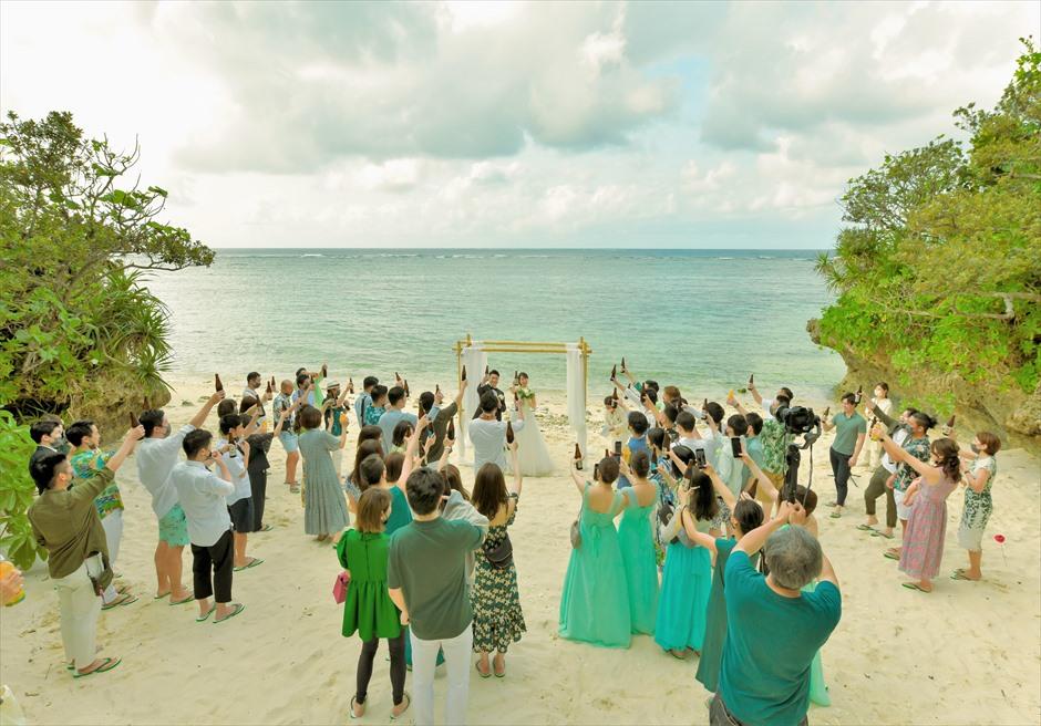 沖縄・石垣島コーラル・テラス結婚式 ラグジュアリー・デッキ・ウェディング ビーチ・ガゼボにて乾杯シーン