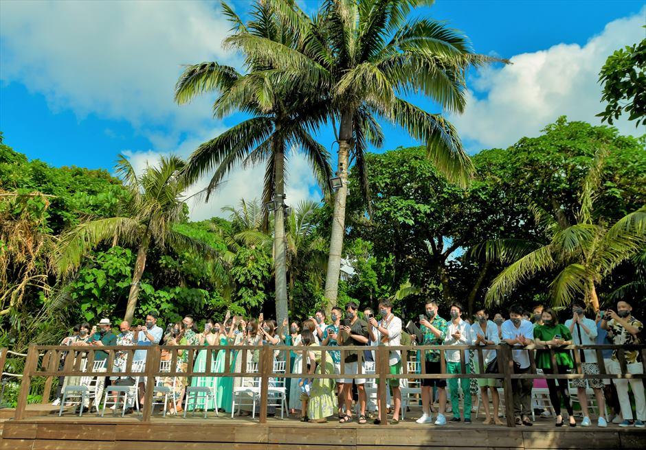 沖縄・石垣島コーラル・テラス結婚式 ラグジュアリー・デッキ・ウェディング デッキ4段目の参列者様ご列席
