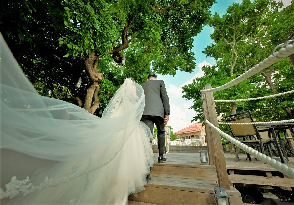 沖縄・石垣島コーラル・テラス結婚式 ラグジュアリー・デッキ・ウェディング デッキ最上段へ挙式会場より退場シーン