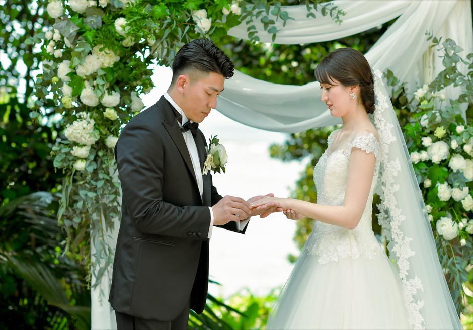 沖縄・石垣島コーラル・テラス結婚式 ラグジュアリー・デッキ・ウェディング アーチ越しに美しい海が広がる挙式シーン