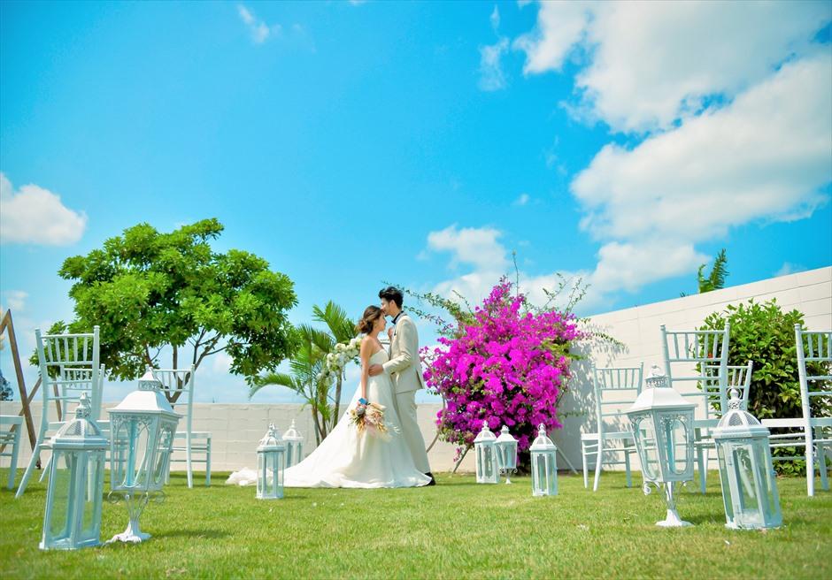 海邦フサキ石垣島・沖縄フラワー・ガーデン挙式 オーシャンフロント・ヴィラ・ウェディング 白亜の壁と空とガーデンの美しいコントラスト