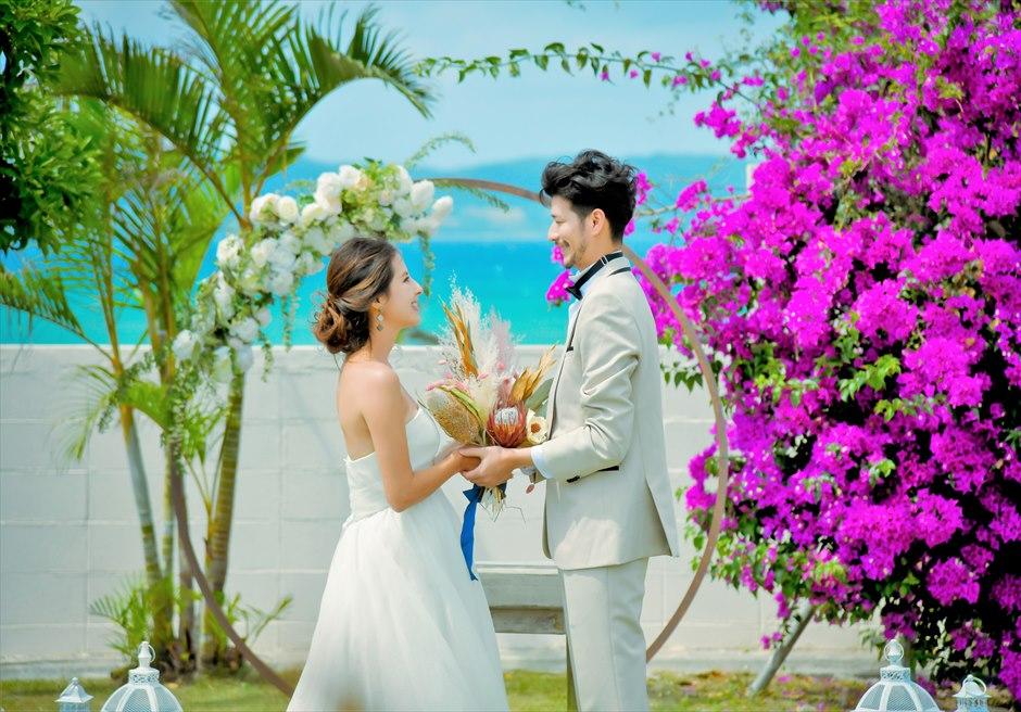 海邦フサキ石垣島・沖縄フラワー・ガーデン挙式 オーシャンフロント・ヴィラ・ウェディング 海と花々のコントラストが美しい挙式シーン