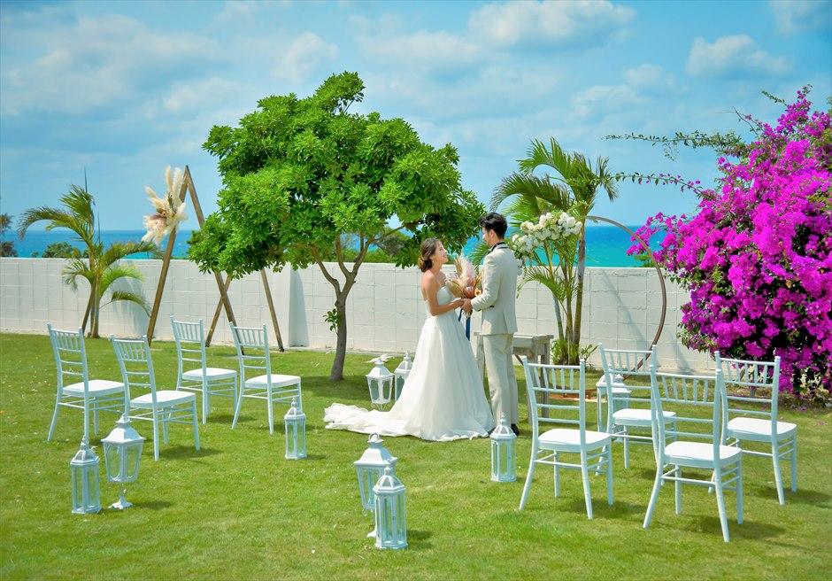 海邦フサキ石垣島・沖縄フラワー・ガーデン挙式 オーシャンフロント・ヴィラ・ウェディング 緑深いガーデンでの挙式シーン