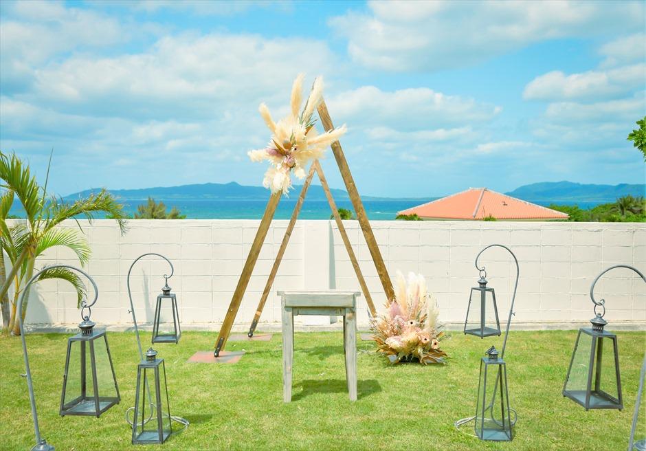 海邦フサキ石垣島・沖縄結婚式 オーシャンフロント・ヴィラ・ガーデン挙式 ウェディングアーチ越しに広大な海が広がる
