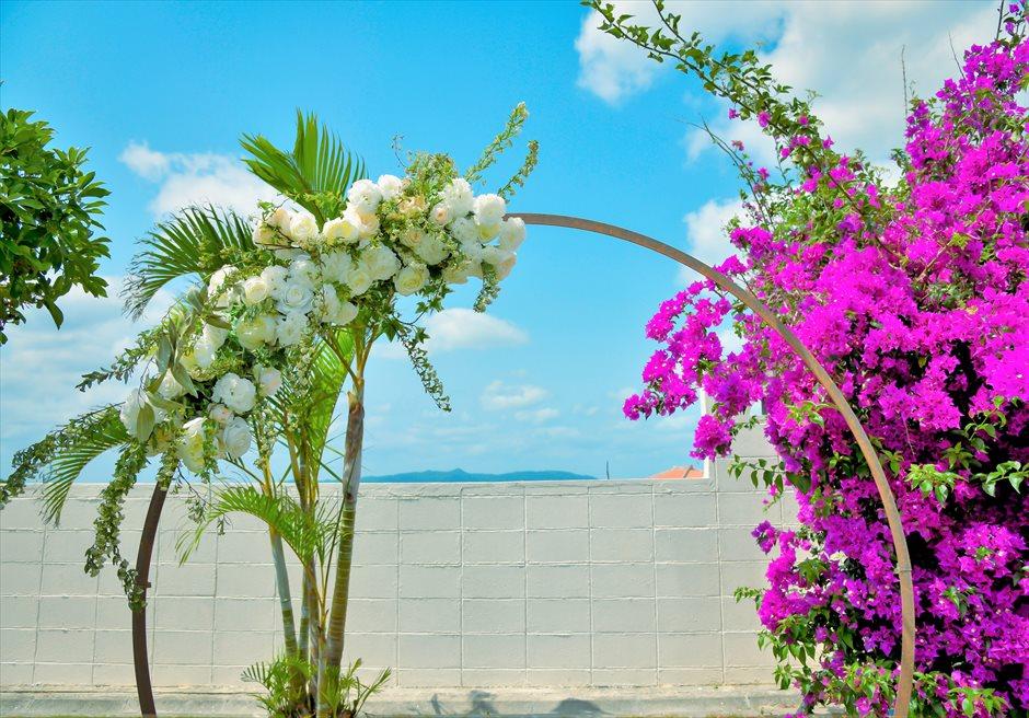 海邦フサキ石垣島・沖縄ヴィラ・ウェディング オーシャンフロント・フラワー・ガーデン挙式 アーチ生花装飾