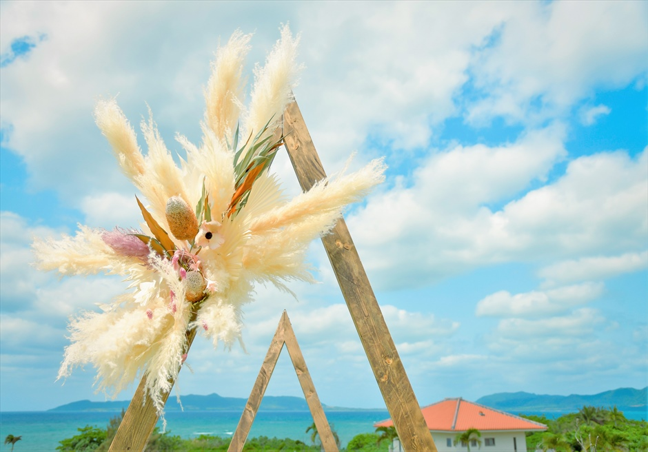 海邦フサキ石垣島・沖縄結婚式 オーシャンフロント・ヴィラ・ガーデン挙式 ウェディングアーチ生花装飾